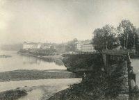 Uz Tilto Per Vilnia Matyti Du Kareiviniu Korpusai. Pirmasis Dabartiniu Istoriju Namu Pastatas. Apie 1905 M. – Fotografas Tiburcijus Chodzka 200x144